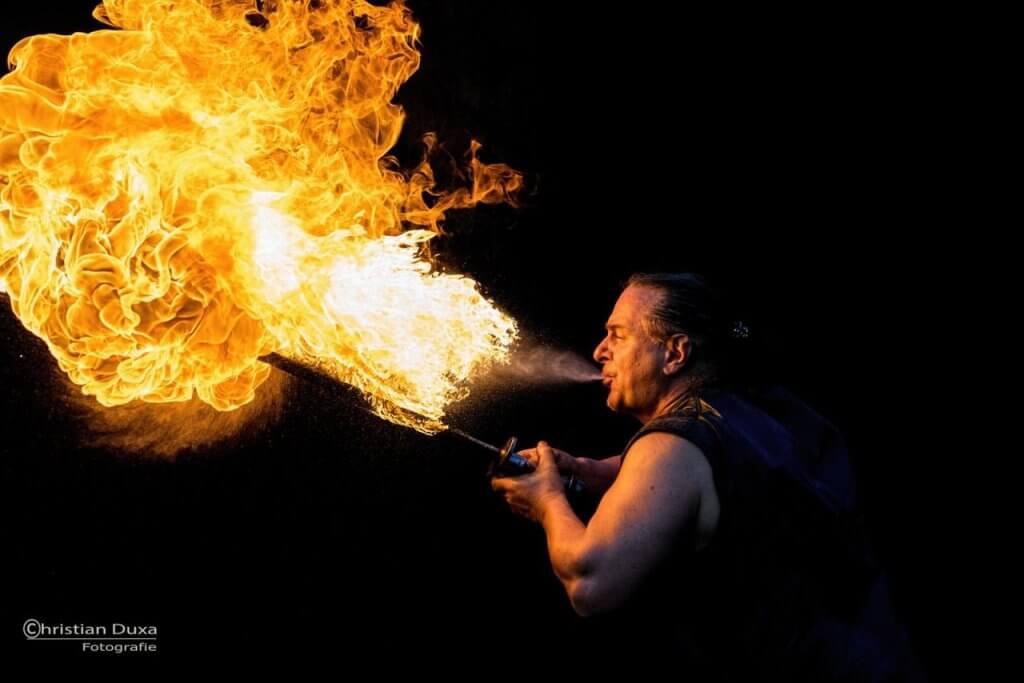 Feuerspucker Rick für Hochzeit mit brennenden Schwert