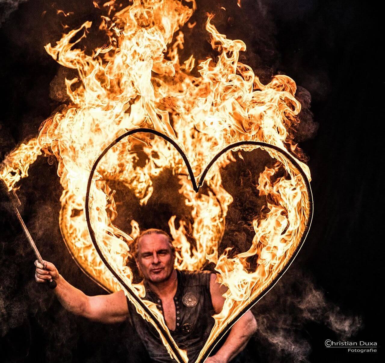 brennende Fackel Feuerherzen und die Hochzeit Rick