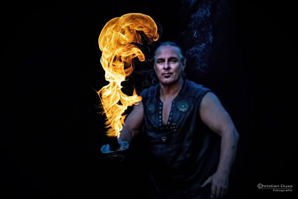 + Feuershow Rick und das brennende Schwert+