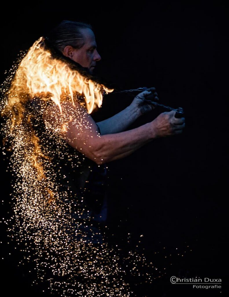 Feuershow Rick mit vielen Funken